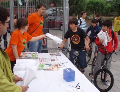 """ProBici-BACC reparteix 100 esmorzars a Sant Cugat als """"cicloestudiants"""""""