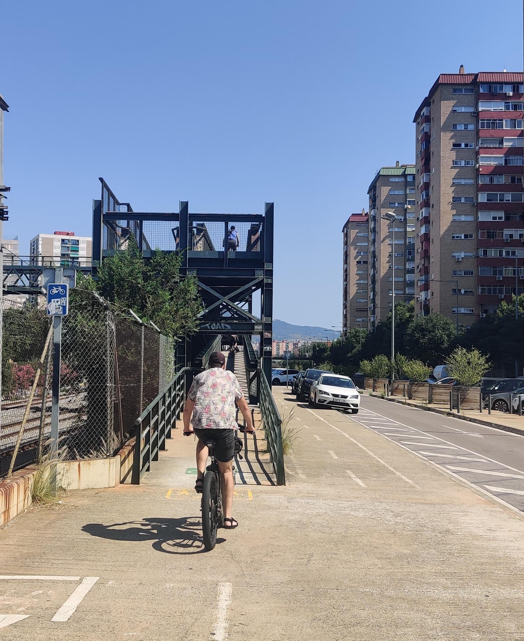 Pont compartit entre ciclistes i vianants, i amb corbes que fan que estiguis fent més BMX que passejant en bicicleta