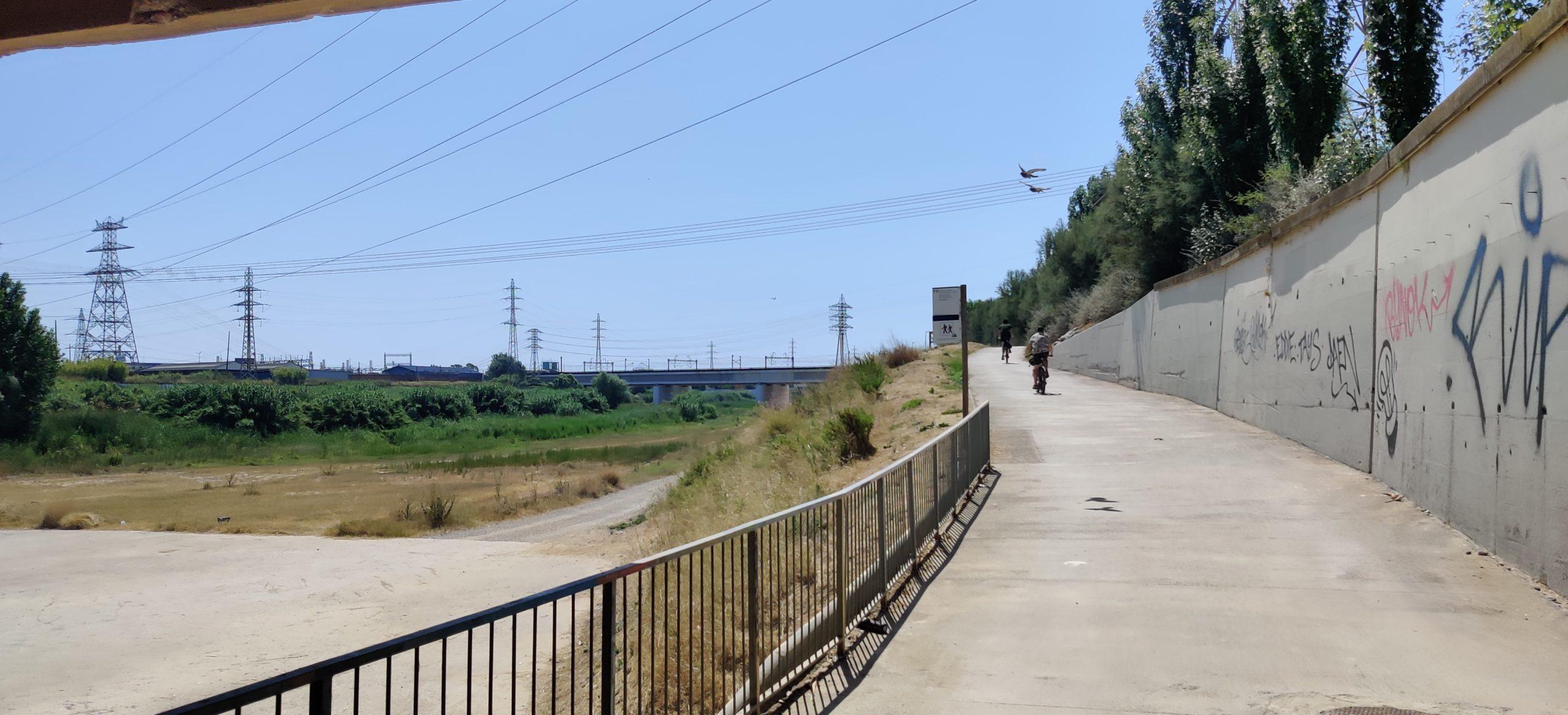 Pedalant a la vora del riu Llobregat.